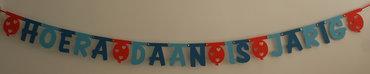 Naamslinger verjaardag in lettertype Pooh met tussenstukjes