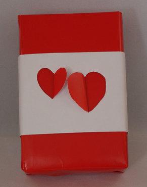 Cadeau met uitgesneden hartjes